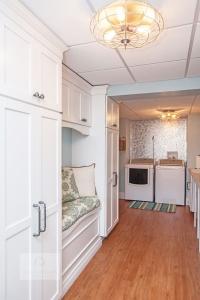 laundry room design with backsplash